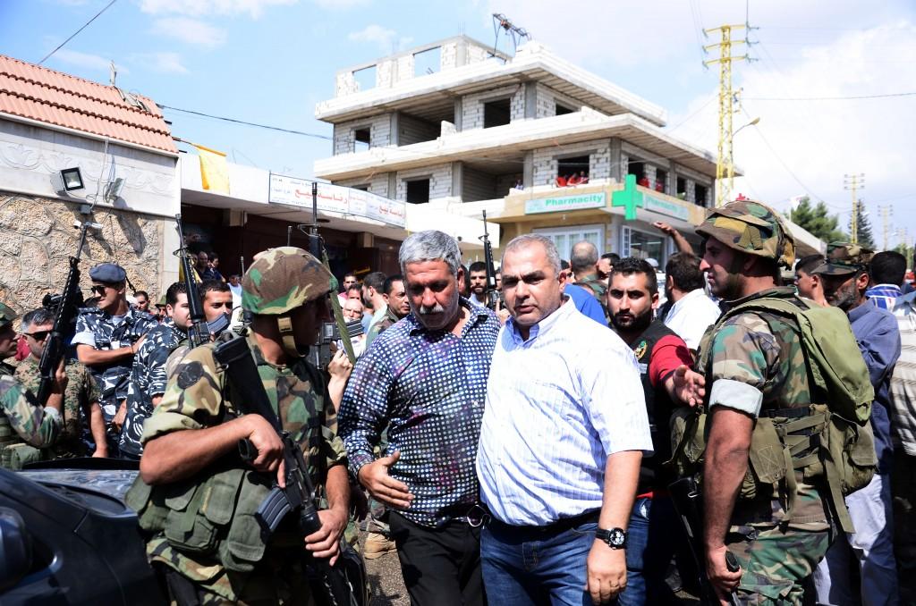 A gauche, le père d'un des soldats pris en otage, défait. Crédit: Emmanuel Haddad