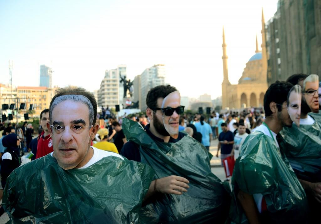 """Les militants de """"Vous Puez"""" déguisés en ministres et vêtus d'un sac poubelle lors d'une manifestation - Crédit: Emmanuel Haddad"""